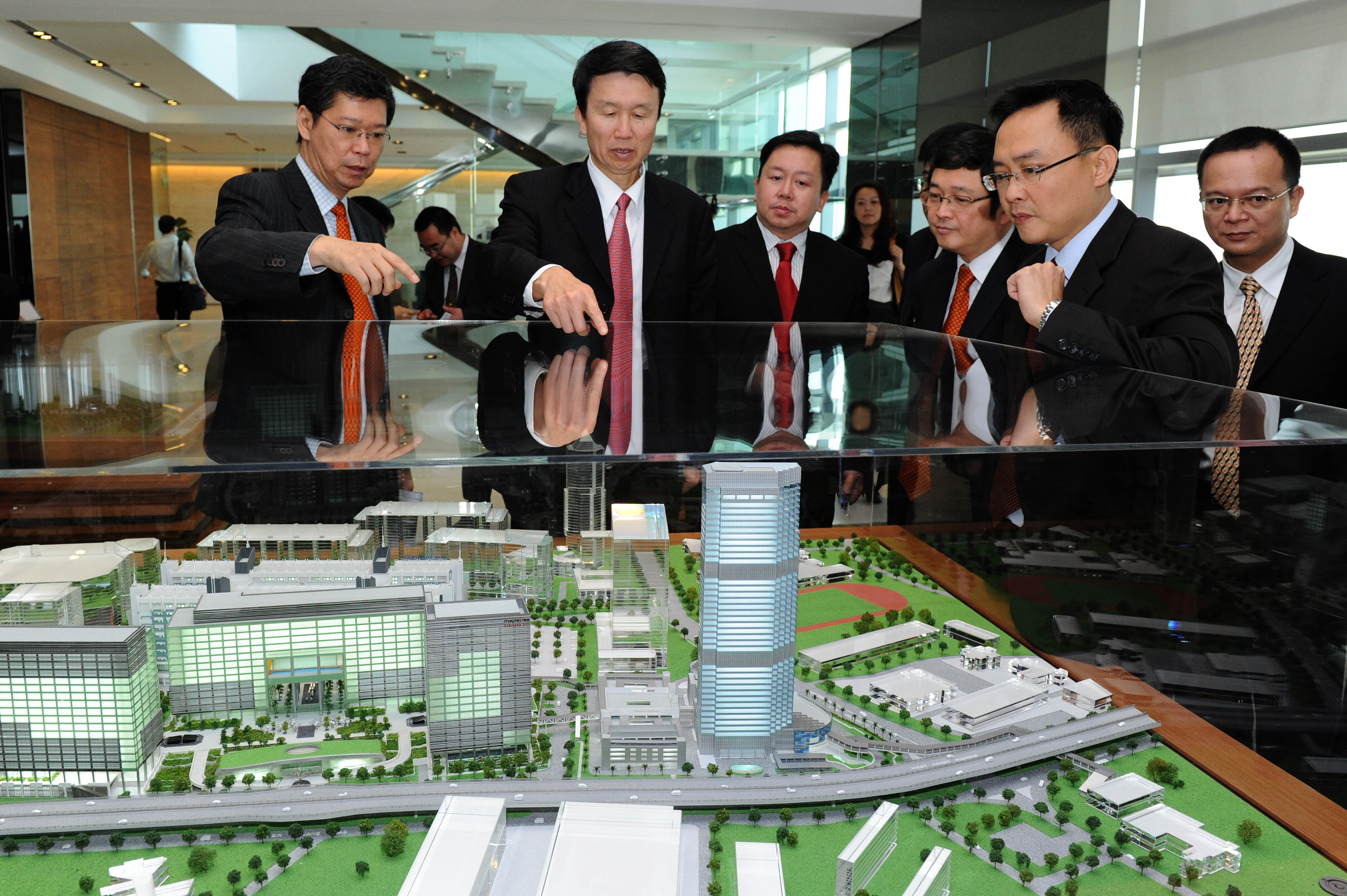 Foshan's Mayor Liu Yuelun viewing the model